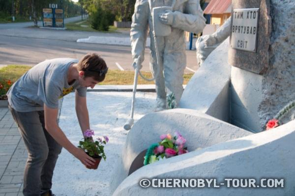 Цветы памятнику ликвидаторам в г. Чернобыль